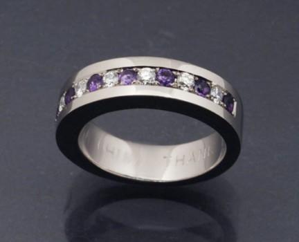アメジストとダイヤモンドのハーフエタニティリングとイニシャルペンダント